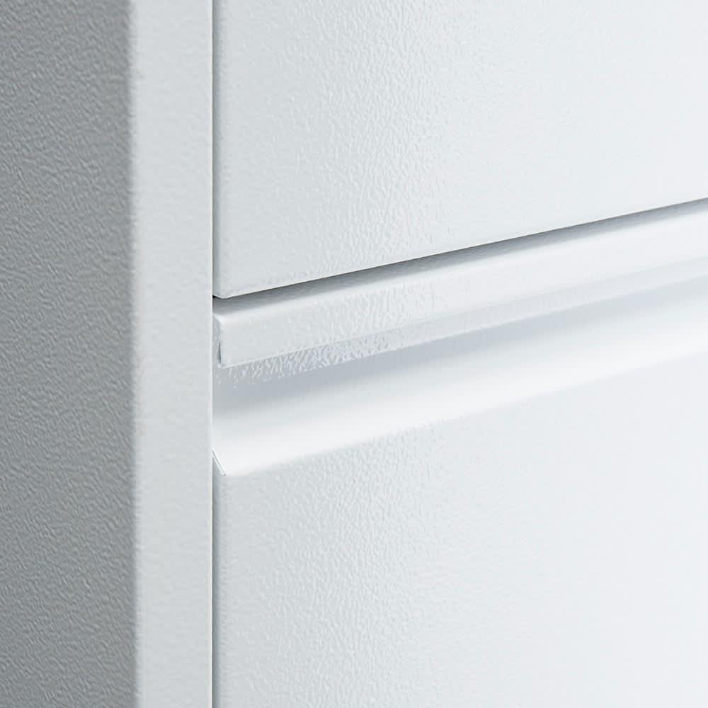 DOTTUS/ドッタス ダストボックス3段(3分別ゴミ箱)幅34cm奥行24cm高さ136cm 持ち手はスマートな前板と一体型。横に長くしっかりつかむことができる形状が特徴です。