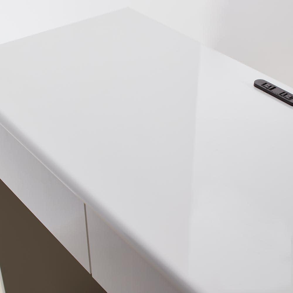 Ruffalo/ラファロ 間仕切りキッチンカウンター 幅90cm高さ85cm ホワイトの天板は光沢があり、クリーンで生活感を見た目からも感じさせてくれます。
