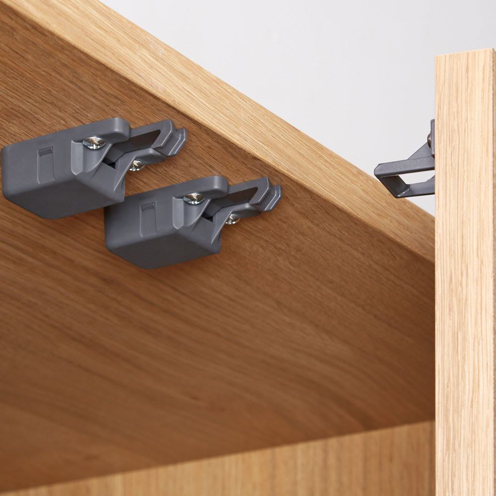 Lana/ラナ ステントップボード・キッチンボード 幅140cm 【耐震ラッチ(※2)】揺れを感じると扉を自動的にロック。 ※2耐震ラッチは、振動を感知すると扉をロックし、収納物が飛び出す危険性を軽減するシステムです。