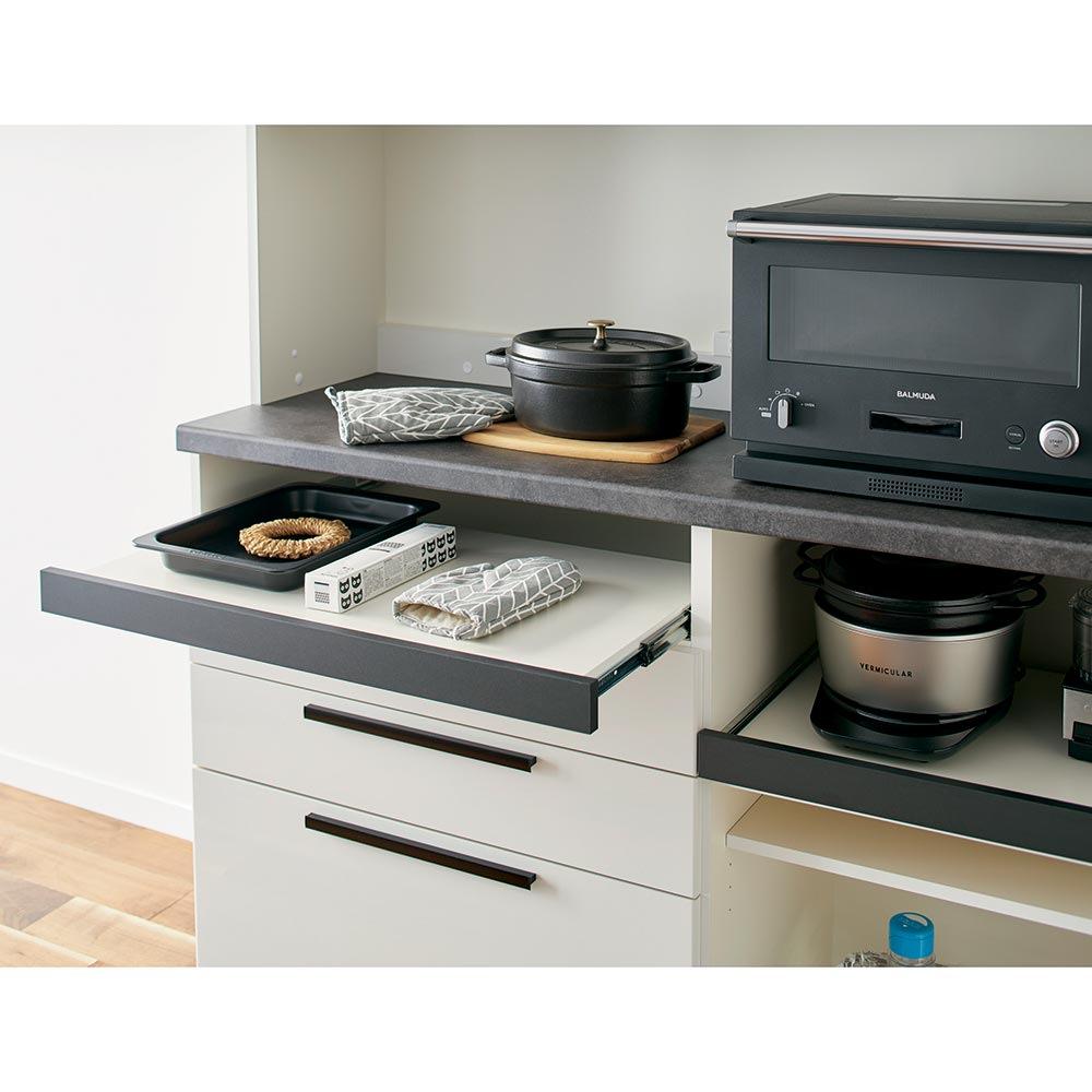 Boulder/ボルダー 石目調天板キッチンシリーズ カウンター 幅140cm 奥行45cm スライドして引き出せるユーティリティスペースは、ミトンやラップの収納スペースに。ちょっと置きのサブテーブルにも便利です。