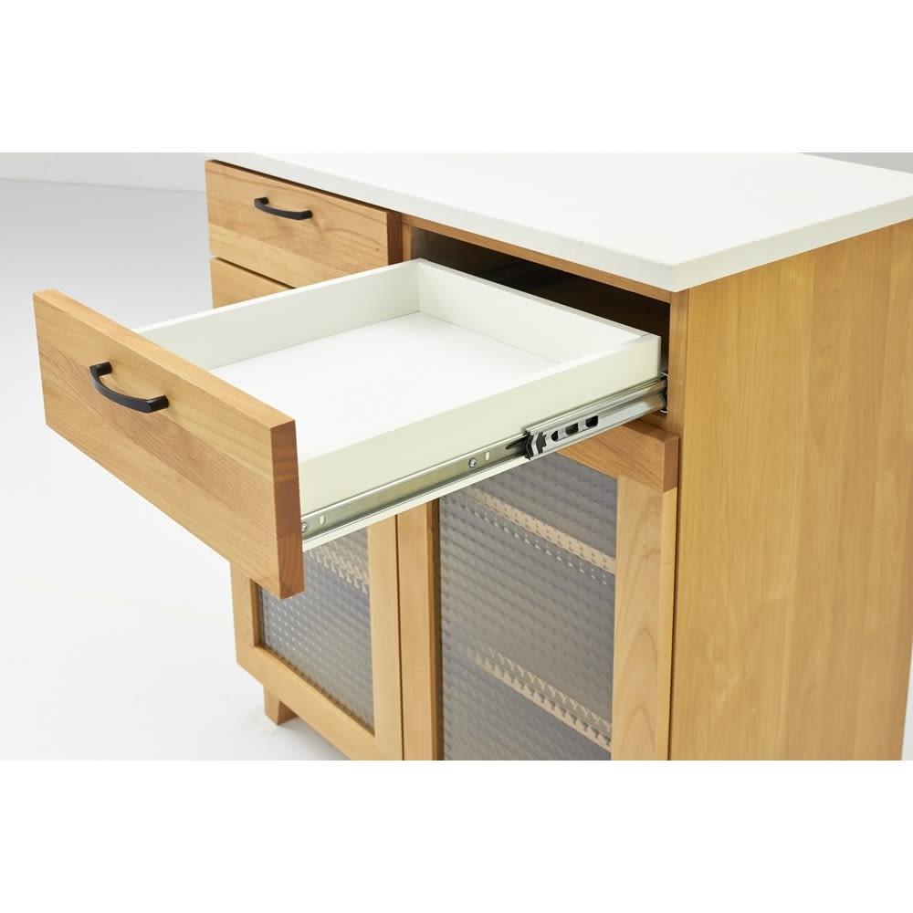 Pippi/ピッピ アルダー材コンパクトキッチン カウンター 幅80.5cm 引き出しはフルスライドレール仕様で奥まで悉皆と引き出すことができるので、収納物の出し入れも簡単。