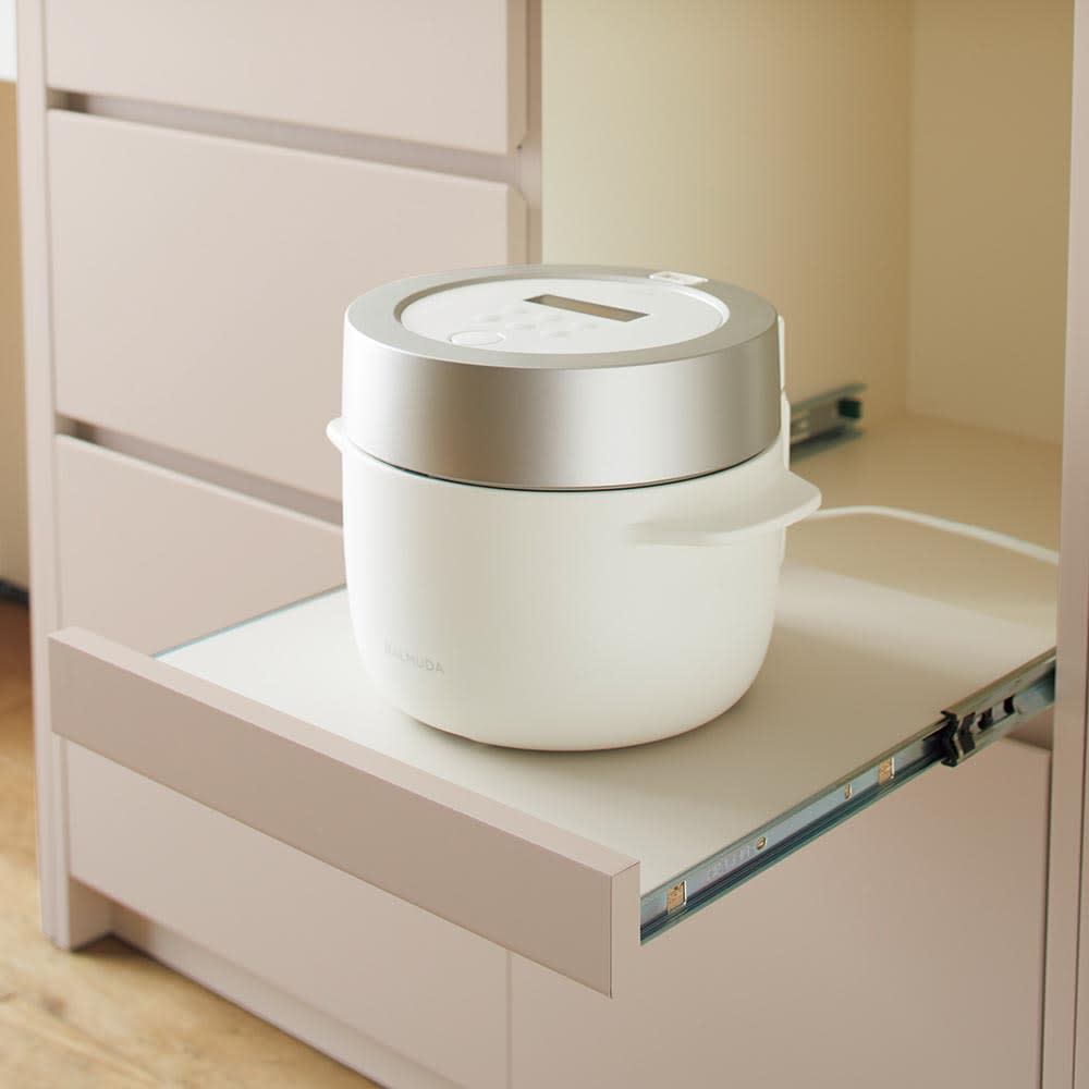 Enkel/エンケル キッチンシリーズ 幅105cm キッチンボード 家電収納部には湯気のでる家電を置くのにぴったり。手前に引き出して使うことができます。右奥にはコードを通せる穴があります。