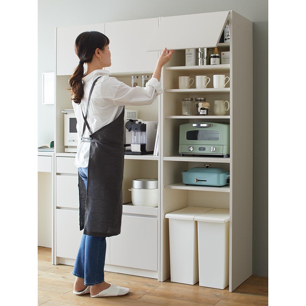 Enkel/エンケル キッチンシリーズ 幅50cm ユーティリティラック 上段フラップ扉は片手で簡単に開け閉めすることが出来ます。
