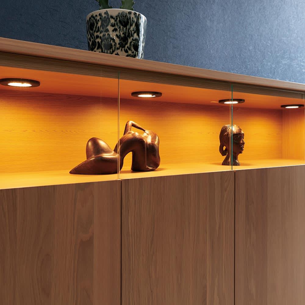 LEDライト付きサイドボードシリーズ LEDキャビネット 幅80cm ステージのような美空間をLEDダウンライトが照らし、自慢のコレクションをディスプレイ。