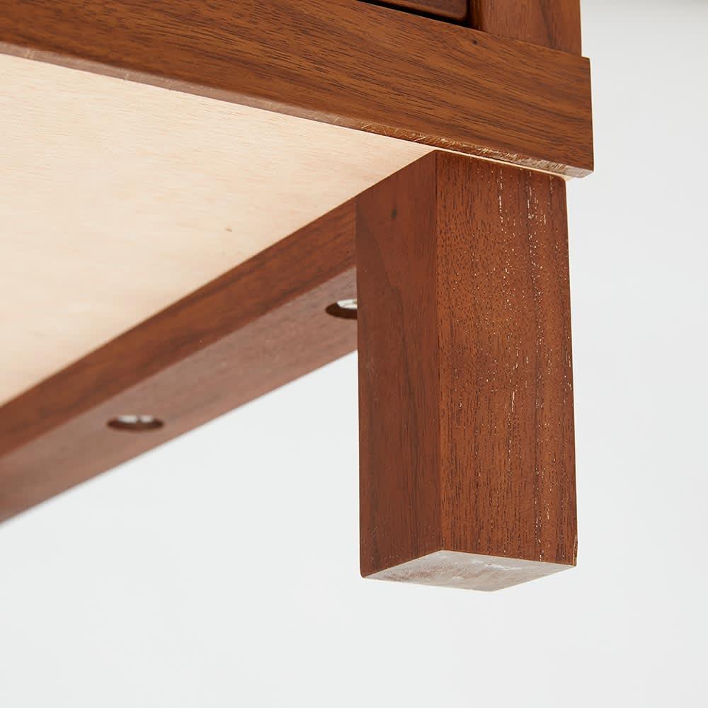 Cano/カノ リビングボード 幅85cmミドル ウォルナット 天然木製の脚が付くことで、重厚ななかにも軽やかさが同居する絶妙なデザインに。