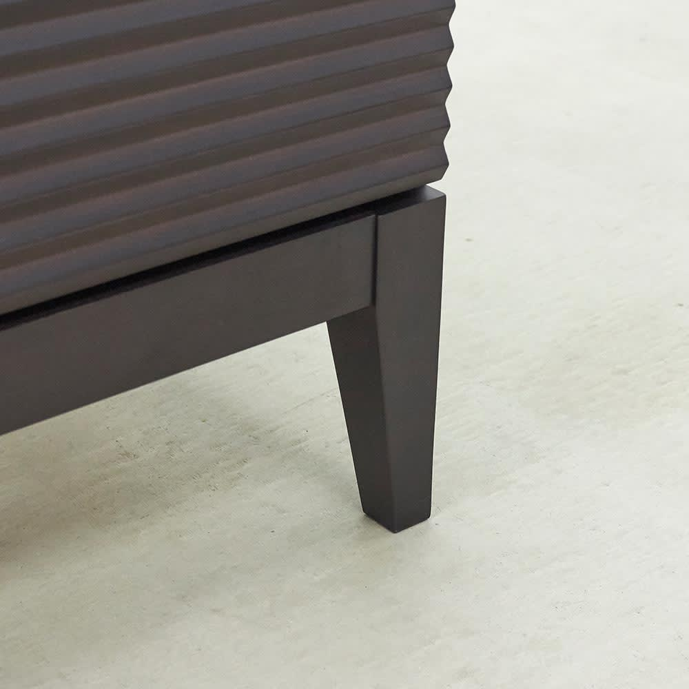 Waltz/ヴァルツ エレガントファニチャー キャビネット 見た目の軽やかさを生む脚付きのデザイン。
