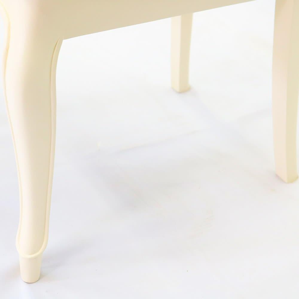 フルール ダイニングチェア張地D カブリオールレッグ(猫脚)と彫刻が上品な雰囲気と可愛らしさを際立たせています。