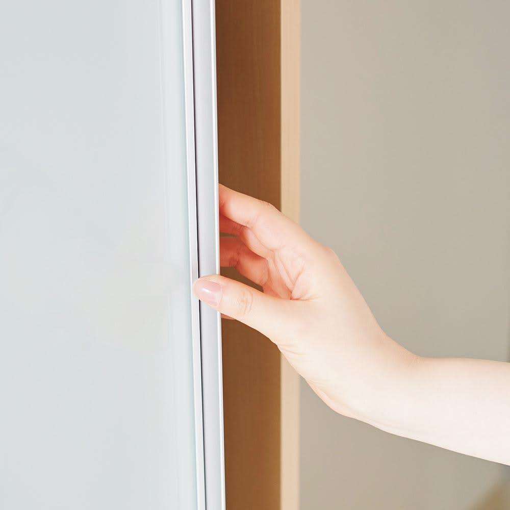 Milath/ミラス スライドワードローブ ガラス扉タイプ 幅80.5cm 取っ手のないすっきりデザインで、開閉はフレームに手を掛けて。