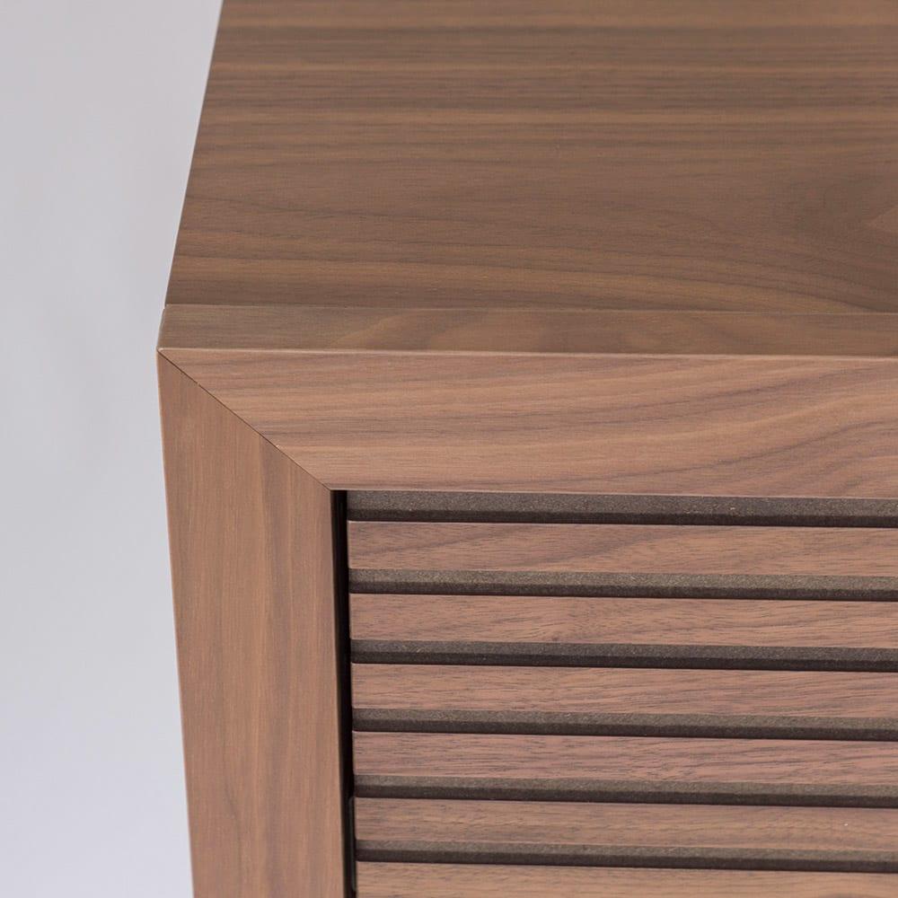 Maisema/マイセマ ウォルナット格子チェスト 幅80cm・3段(高さ72.4cm) 正面の上部隅を45度でカットして各ぶちのように組み合わせる留め加工を採用。すっきりシャープな印象に。