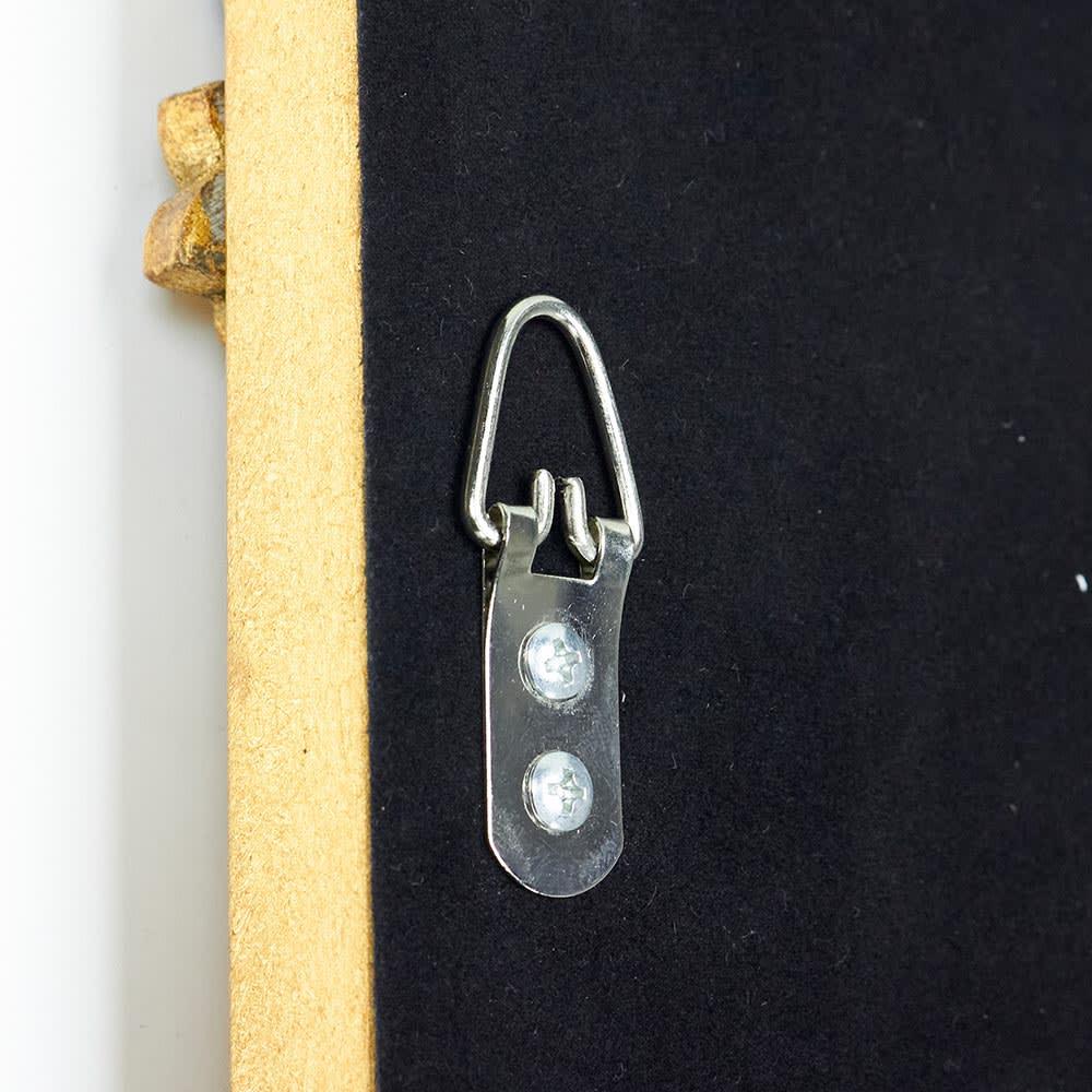 Grace Art/グレースアート 壁掛けミラー・ウォールミラー 幅43cm高さ126㎝ 裏面についた吊り下げ用の金具は額縁裏などでもみられる一般的な仕様です。