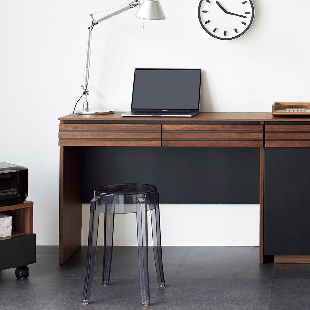 AlusStyle/アルススタイル 薄型ホームオフィス デスク 幅100.5cm 使用イメージ ウォルナットの無垢材と、ブラックレザー調の素材の組み合わせが魅力。