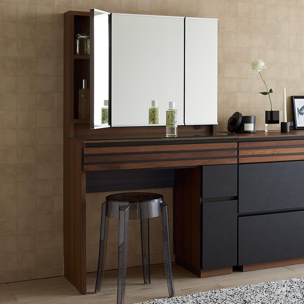 AlusStyle/アルススタイル チェストシリーズ 三面鏡ドレッサー 幅80.5cm コーディネート例 ウォルナットの無垢材と、ブラックレザー調の素材の組み合わせが魅力。