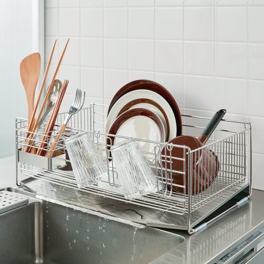 使いやすくなったシンクいっぱい水切り ワイドハイタイプ 奥行約54cmで、シンクのスペースをムダなく活用。内寸幅を31cmにすることで、レギュラータイプの1.4倍の収納力。フライパンや鍋、大人数の食器も余裕で収まり、置き場所に困る洗い物のストレスを軽減。