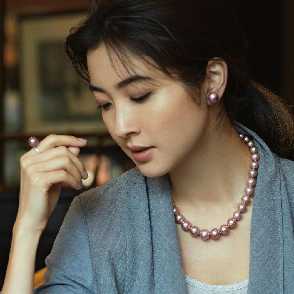 10~13mmパープルピンクパール ネックレス コーディネート例 /クールな女性も心ときめくパープルピンクの甘やかな洗練。