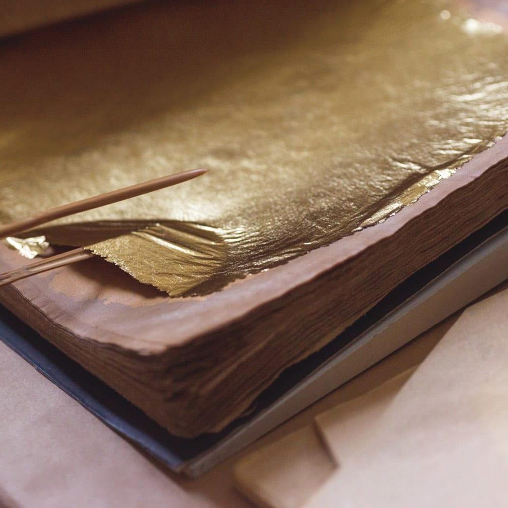 HAKUZA/箔座 箔珠 ロングネックレス(久遠色) 伝統の技で箔本来の美しさを追求。純金に銀・銅等の微妙な配合率の違いで、多彩な色が生まれます。