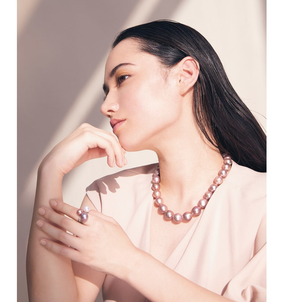 K18WG ピンクパール スパイラル リング コーディネート例 /ネックレスでグラマラスな色香を演出する一方、ピンクの濃淡のカラーパールリングで遊び心を添えて。繊細な色が響き合い、幸福オーラが輝く個性を醸します。