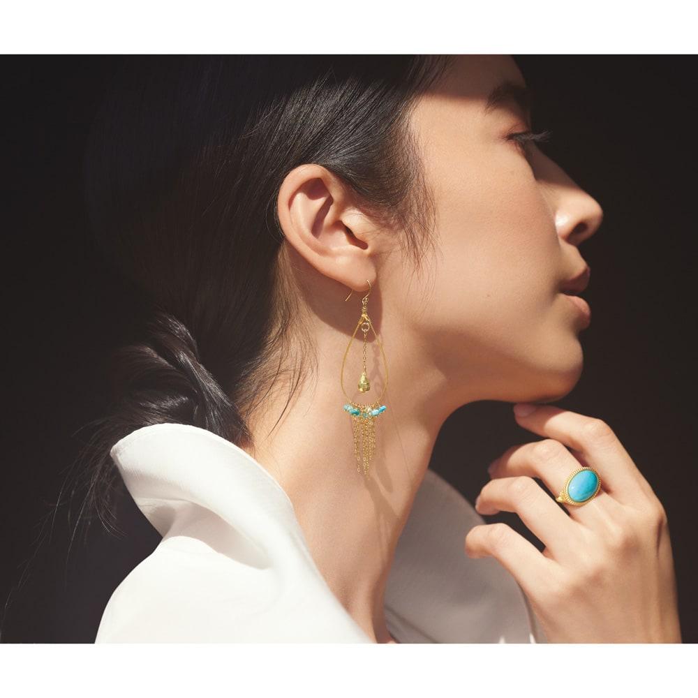 YUKIKO OKURA/ユキコ・オオクラ フリンジ イヤリング・ピアス コーディネート例 /装いの印象を春にシフトするなら、明るい空色のターコイズを。