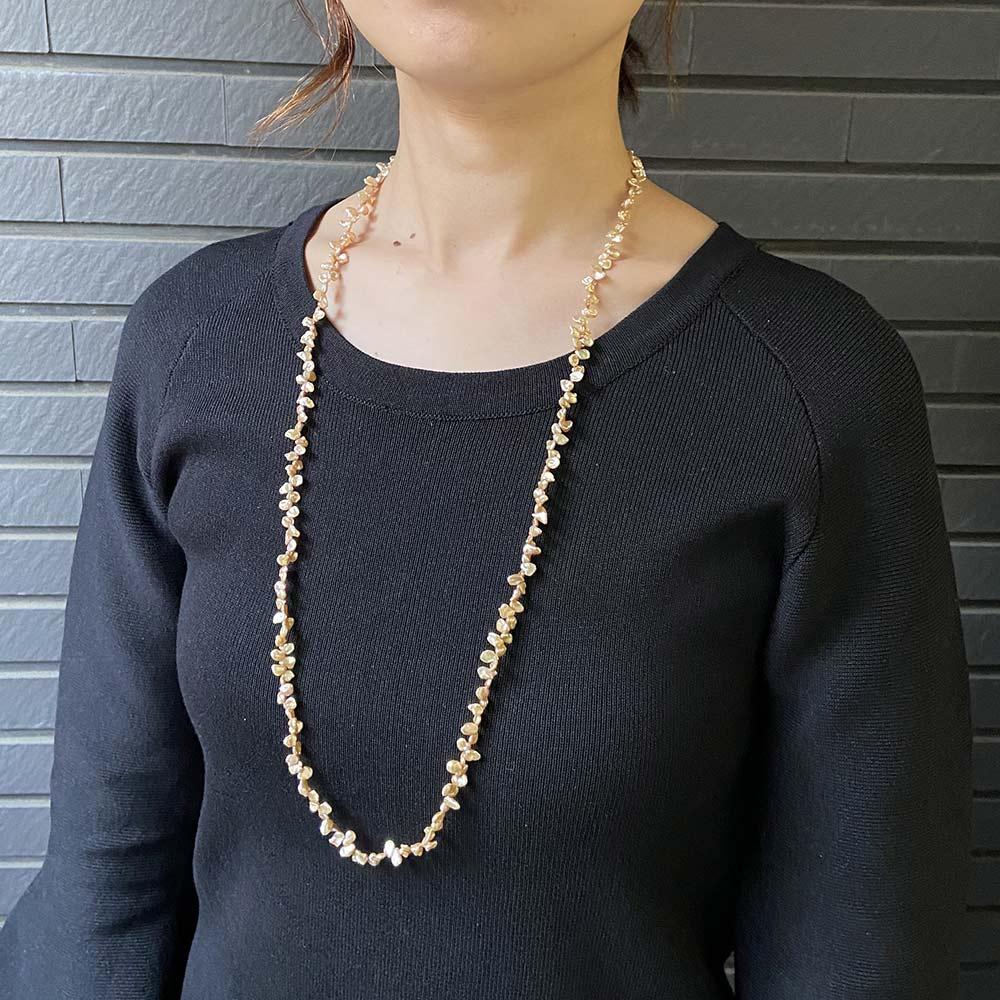 YUKIKO OKURA/ユキコ・オオクラ SV 淡水パール ロング ネックレス (エ)シャンパンオレンジ 着用例