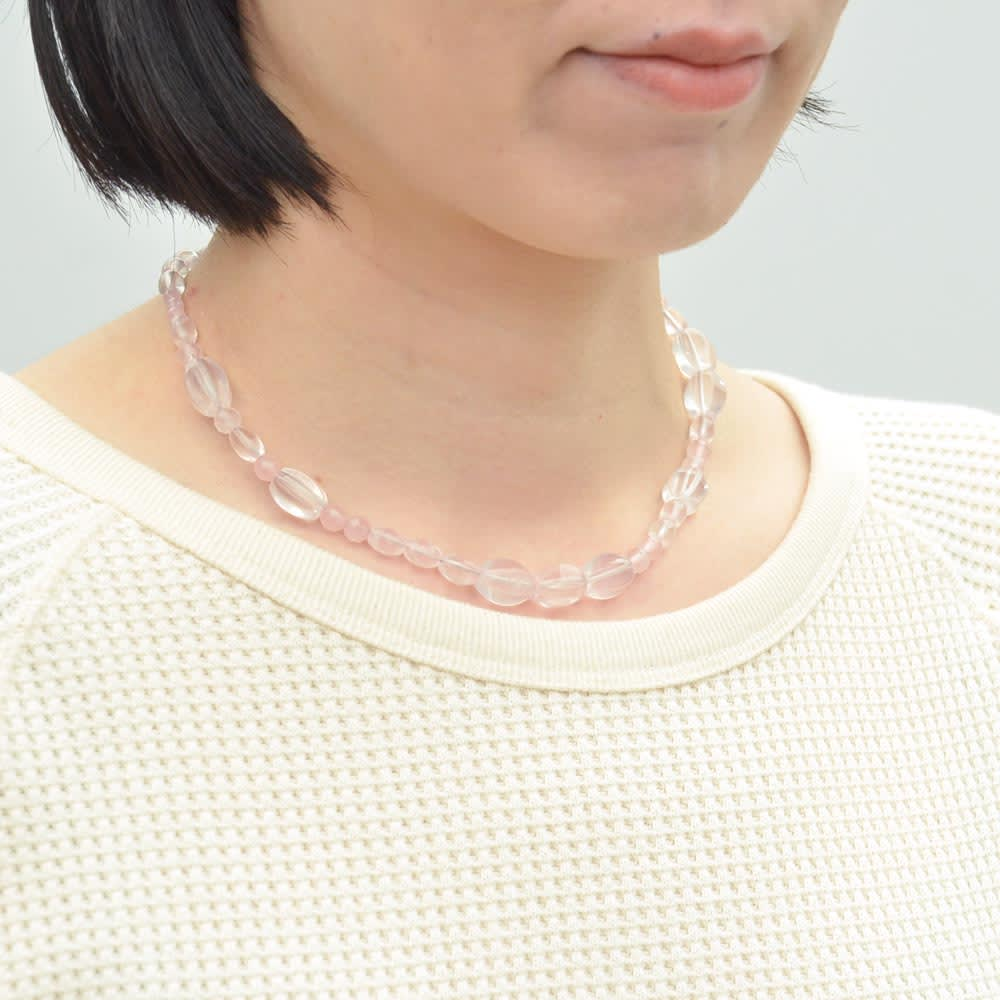 YUKIKO OKURA/ユキコ・オオクラ ローズクオーツ ネックレス&リングセット 着用例(ネックレス)