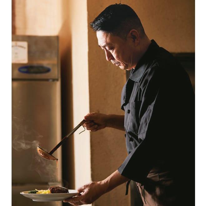 「レストランフライヤ」 厚切り牛タンシチュー (200g×4袋) フライヤの味を守り続ける オーナーシェフ 山井忠治氏 創業者が作り上げた老舗洋食店「フライヤ」の味の深さに感銘を受け、その伝統を継承する三代目シェフ。「昔のままや」、長年のファンの言葉を胸に人々の思い出の味を守り続けている。