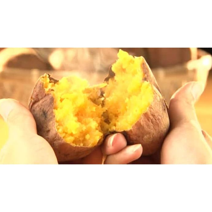 種子島産 石蔵貯蔵「安納紅蜜芋」 (5kg) まずは焼き芋にしてご賞味ください!アルミホイルで包み、オーブントースターで約60分焼くと、トロリとした蜜があふれ出し、甘い香りが漂ってきます。割ると中は鮮やかな黄金色で、果肉はまるでスイートポテトのようにクリーミー!焼き芋とは思えない美味しさです。