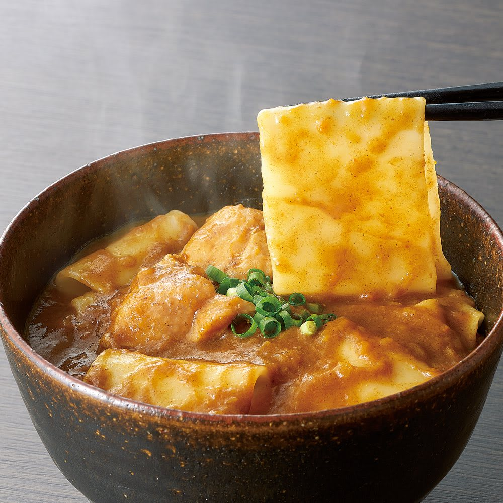 「花山うどん」 簡単調理カレーうどん (350g×4個) 【盛り付け例】老舗の味をそのままいただけるモチモチ食感の名物、幅広麺