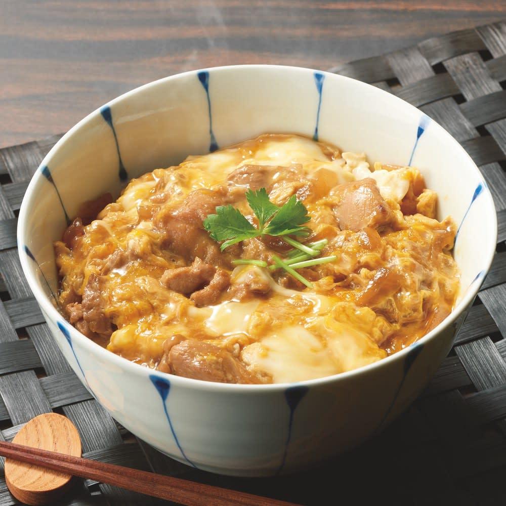 博多「華味鳥(はなみどり)」 親子丼の具 【調理例】 旨みたっぷりの華味鳥が上品な味わいの親子丼に。名店人気の味を、卵をご用意いただくだけで、ご自宅で簡単に召し上がれます。