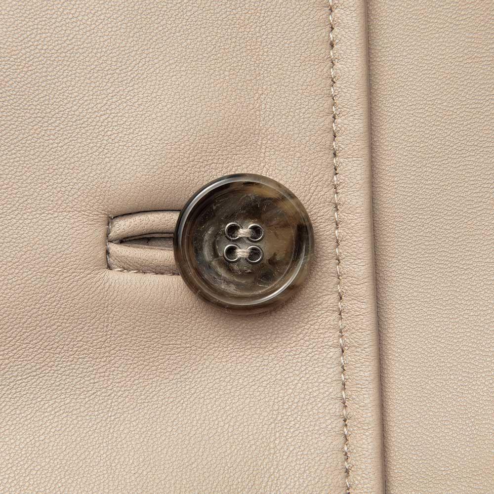 トルコ産 ラムナッパ デザインコート (イ)グレージュ ボタン部分