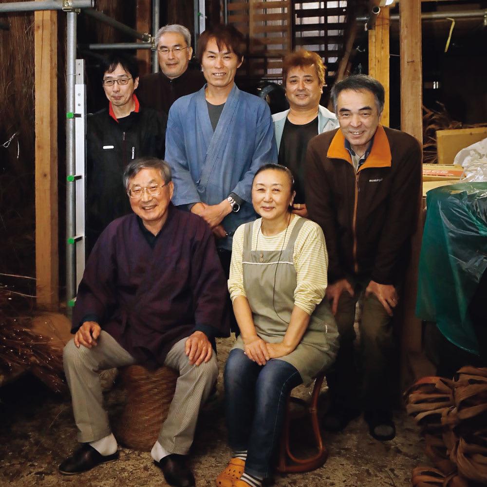 宮本工芸 山葡萄の籠バッグ (有)宮本工芸 ※前列左が2代目社長の宮本一志さん、後列中央が事務方の武田太志さん。