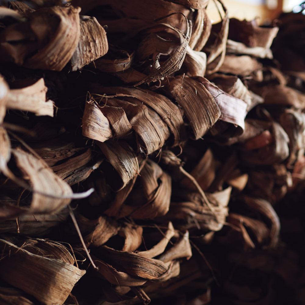 宮本工芸 山葡萄の籠バッグ 宮本工芸では、岩木山山麓に自生する太くて良質な山葡萄の蔓を使用。水分をたっぷり吸いこんだ梅雨時に採取し、丁寧に樹皮を剥いで倉庫で乾燥・保存します。