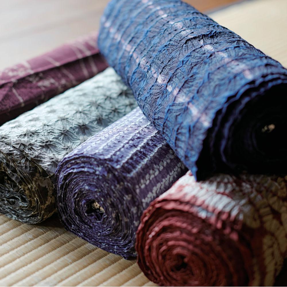 有松絞り Iライン スカート 有松絞りは、1608年に絞り開祖・竹田庄九郎らによって誕生。東海道に面し、旅人がお土産に絞りの手拭いや浴衣を買い求めて名産品になり、尾張藩の特産品としたのが始まりです。