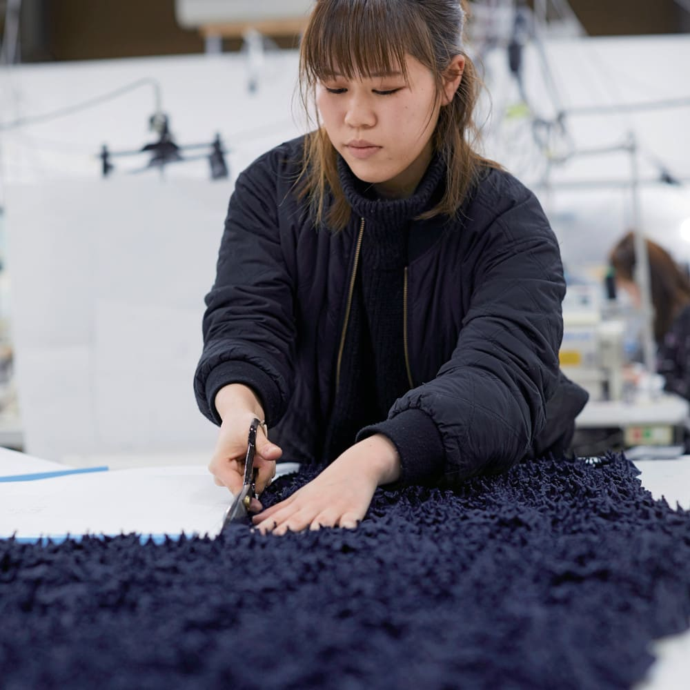 有松絞り Iライン スカート 絞りを施した生地は伸縮性があり、裁断が最大の難所。一流メゾンの洋服を手がける縫製工場に特別に一枚ずつ手作業で裁断をお願いしました。