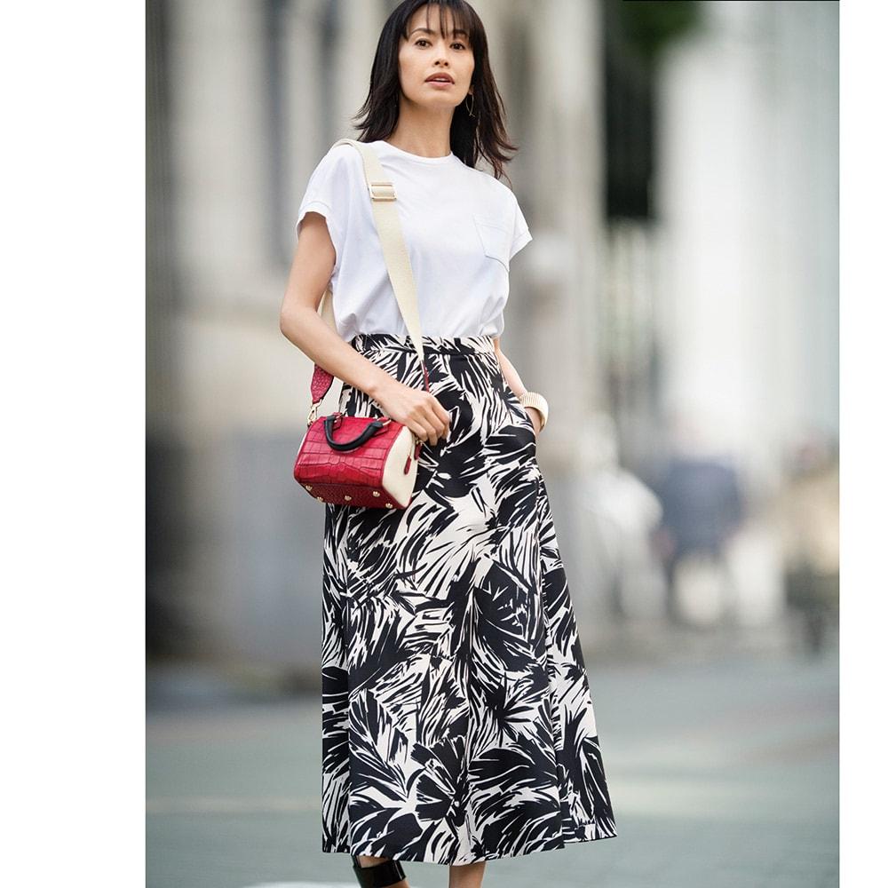 スビン綿 ポケット付き Tシャツ コーディネート例 /Tシャツ×大柄スカートに小物で色を差す。シンプルなのに目を引く、それがミラノマダムのスタイルです。