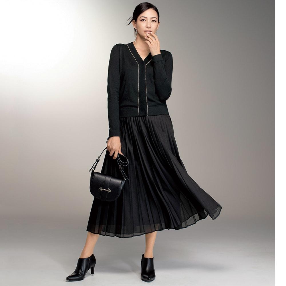 シアー素材 ロング プリーツスカート コーディネート例 /重く見えがちなブラックコーディネートを、ボールチェーンのクールな輝きやスカートのシアーな質感で軽やかに。