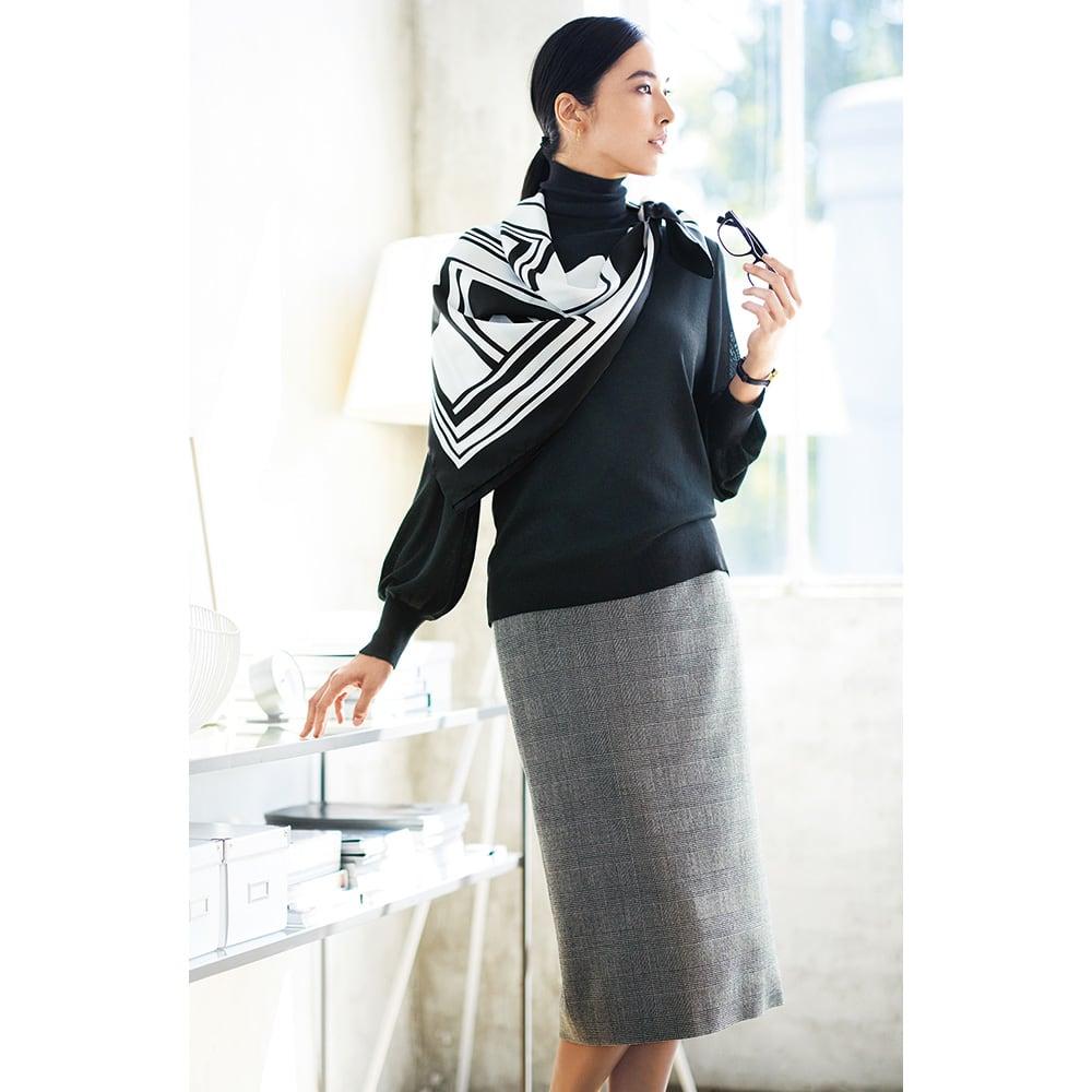 シルク モノトーンプリント スカーフ コーディネート例 /モノトーン配色は柄と形で仕事への意欲を刺激して。ベーシックなアイテムだから叶う、好感度の高いコンサバスタイル。