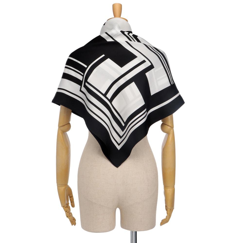シルク モノトーンプリント スカーフ 着用例