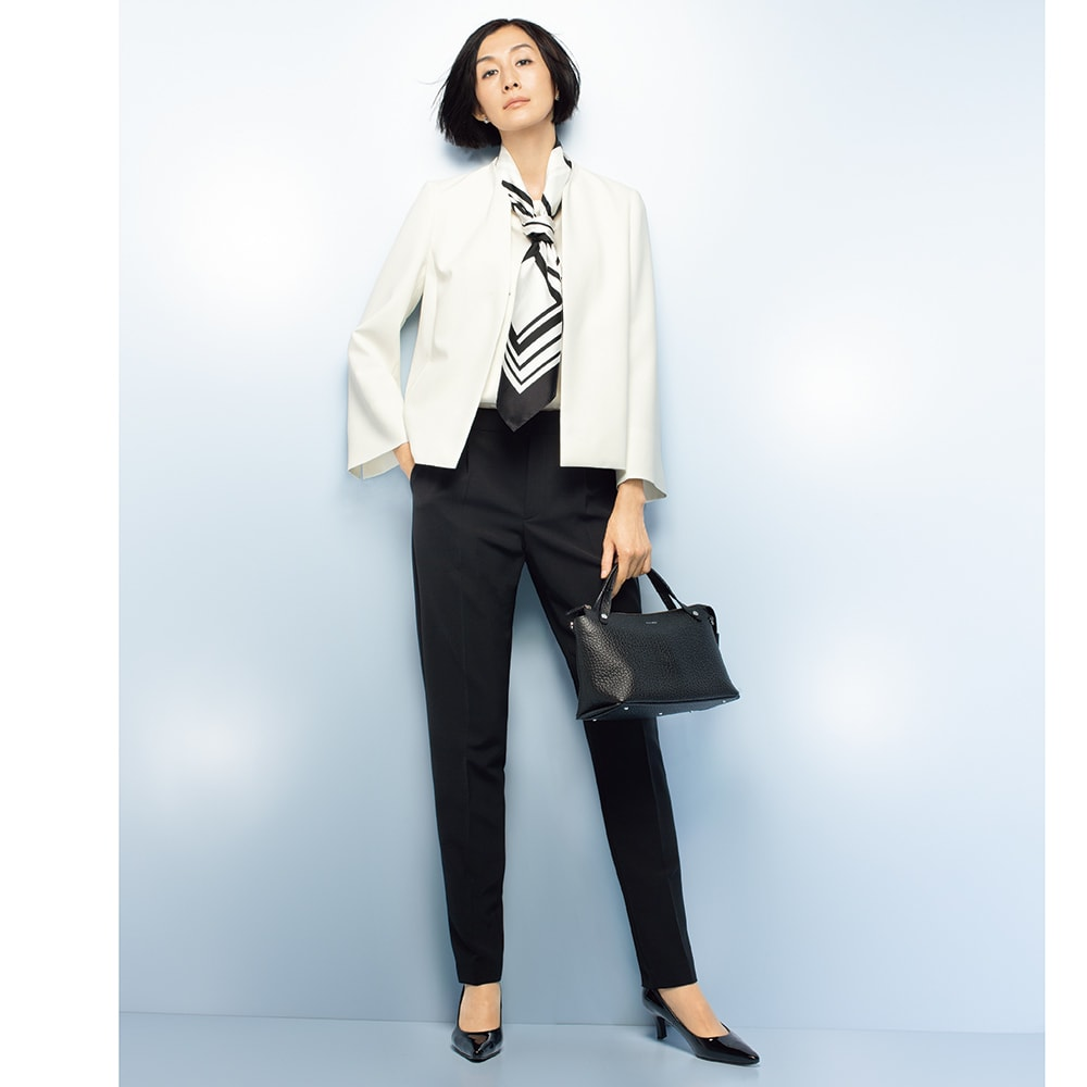 ダブルクロス ノーカラージャケット コーディネート例 /こなれたフォーマル着として人気のパンツスーツ。ともすると重くなるルックを色の対比でアップデートした、新顔のセットアップが誕生しました。対極の2色がお揃い感を醸すのは、同じ生地を使っているためです。