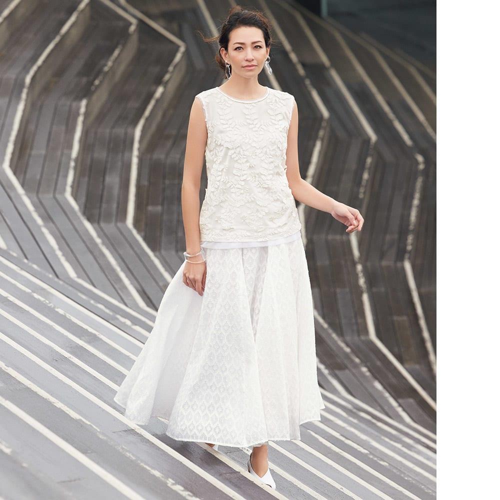 インド製 コットン混 カットジャカード フレアースカート コーディネート例 /清麗なオールホワイトが、今旬を代表するトピックに。