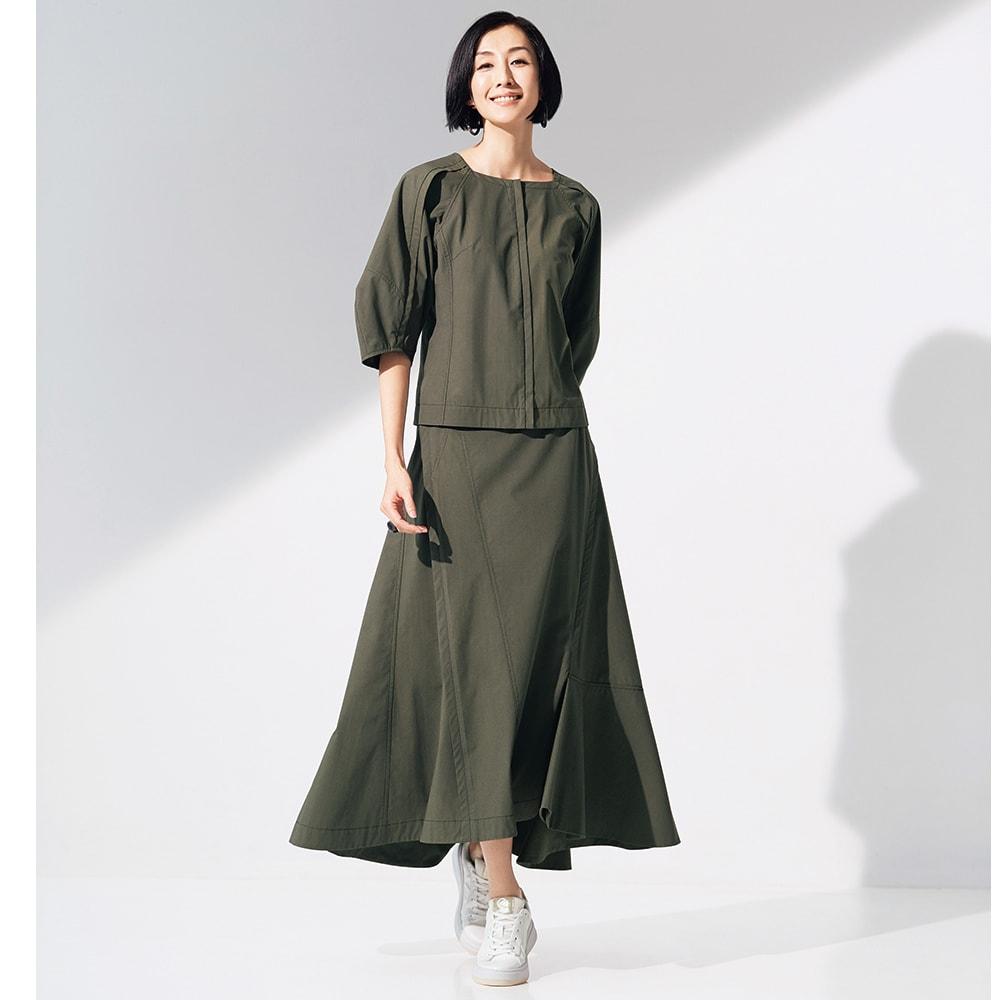タイプライター 切り替えデザイン スカート コーディネート例 /あえて足元にスニーカーを合わせてカジュアルに着こなしたい。