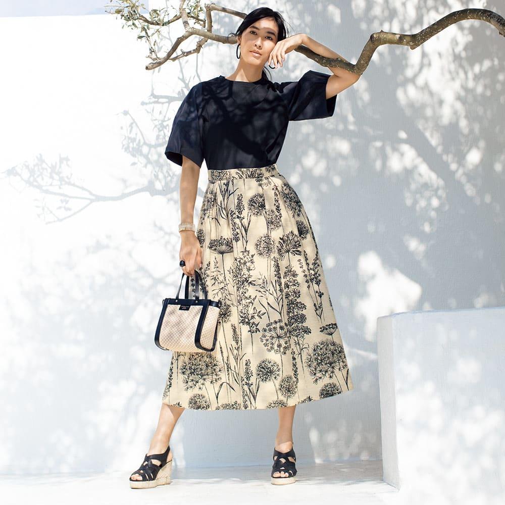 イタリア素材 ボタニカル柄 タックスカート コーディネート例 /彩り溢れる季節にも、モノトーンの威力は健在。そう思わせるのが、シンプルにしてドレス級の見栄えを誘う、この着こなしです。