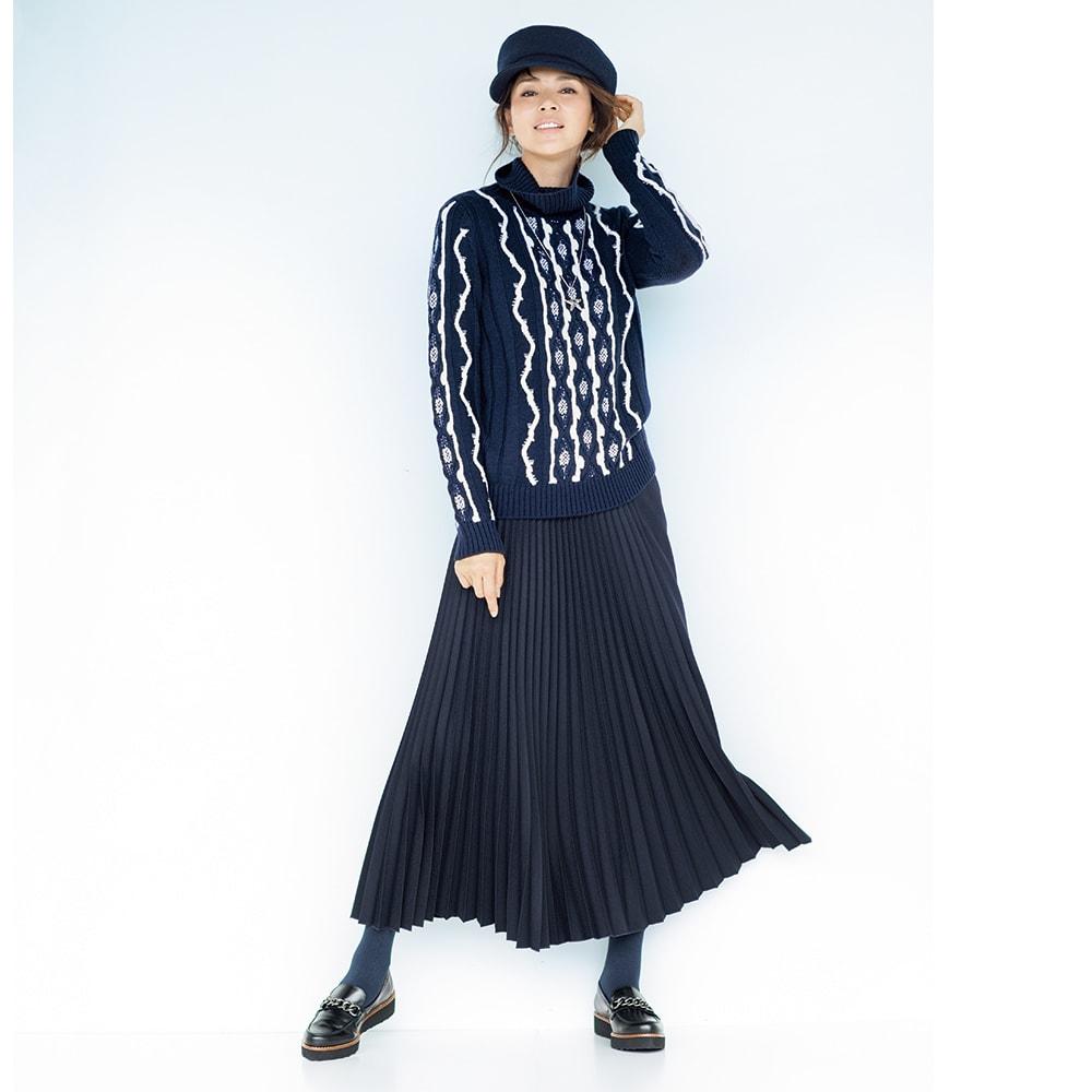 オフタートルネック 柄編み プルオーバー コーディネート例 /遠目にも絵になるネイビーの着こなし。その秘密は、配色とシルエットが醸す躍動感。