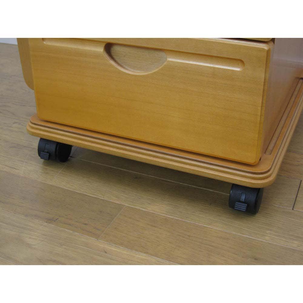 多機能ソファサイドリビングワゴンテーブル (イ)ナチュラル 前輪キャスターにはストッパー付き。