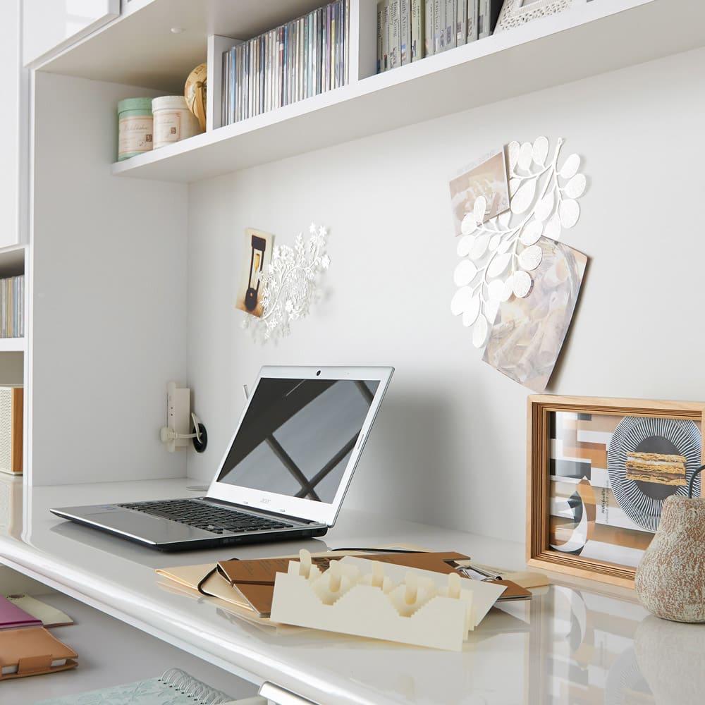 あこがれの書斎スペースを現実にする壁面収納 デスク上棚付き 両引き出し 奥行があり作業しやすいデスク天板。 ※写真はデスク上棚付き幅155cmタイプ