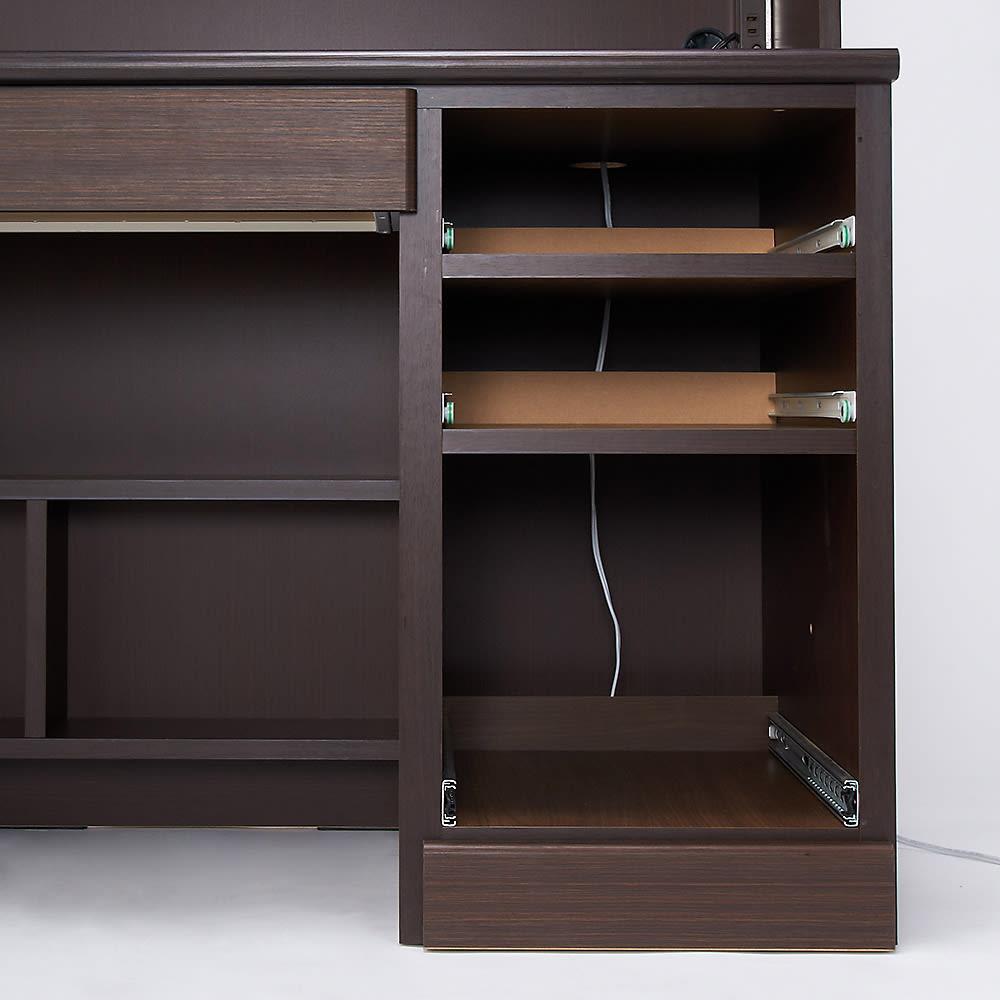 あこがれの書斎スペースを現実にする壁面収納 デスク上棚付き 両引き出し 【配線経路】デスク天板→引き出し収納後部→台輪内部→側面コード穴を通すと、コードを隠して配線することができます。