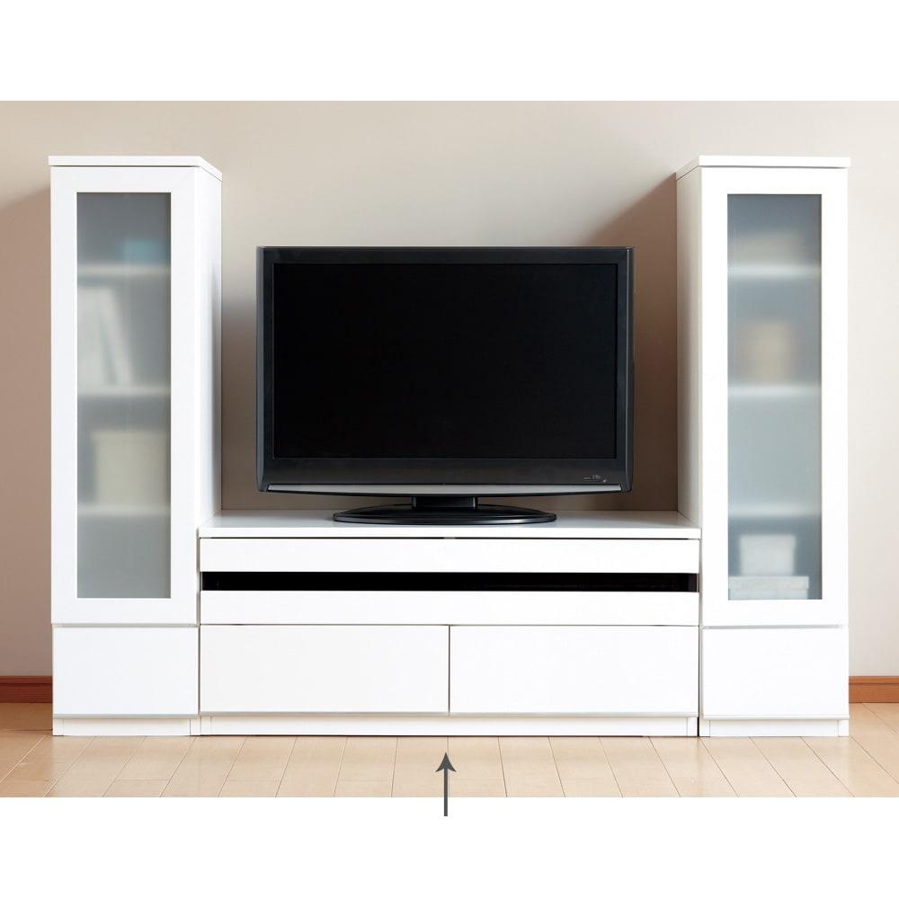 洗練された印象を与えるラインスタイルシリーズ テレビ台 幅99cm フラップ扉は閉じたままリモコン操作可能です。写真は別売りのキャビネットとの組み合わせ例です