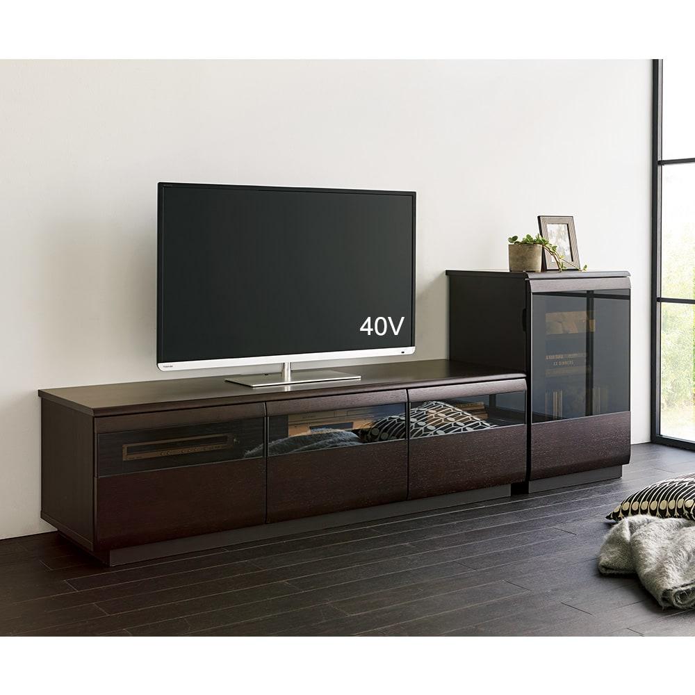 オーク材ブロンズガラスアールデザインシリーズ テレビ台 幅180cm コーディネート例(イ)ダークブラウン ※写真のテレビ台は幅150cmタイプです。