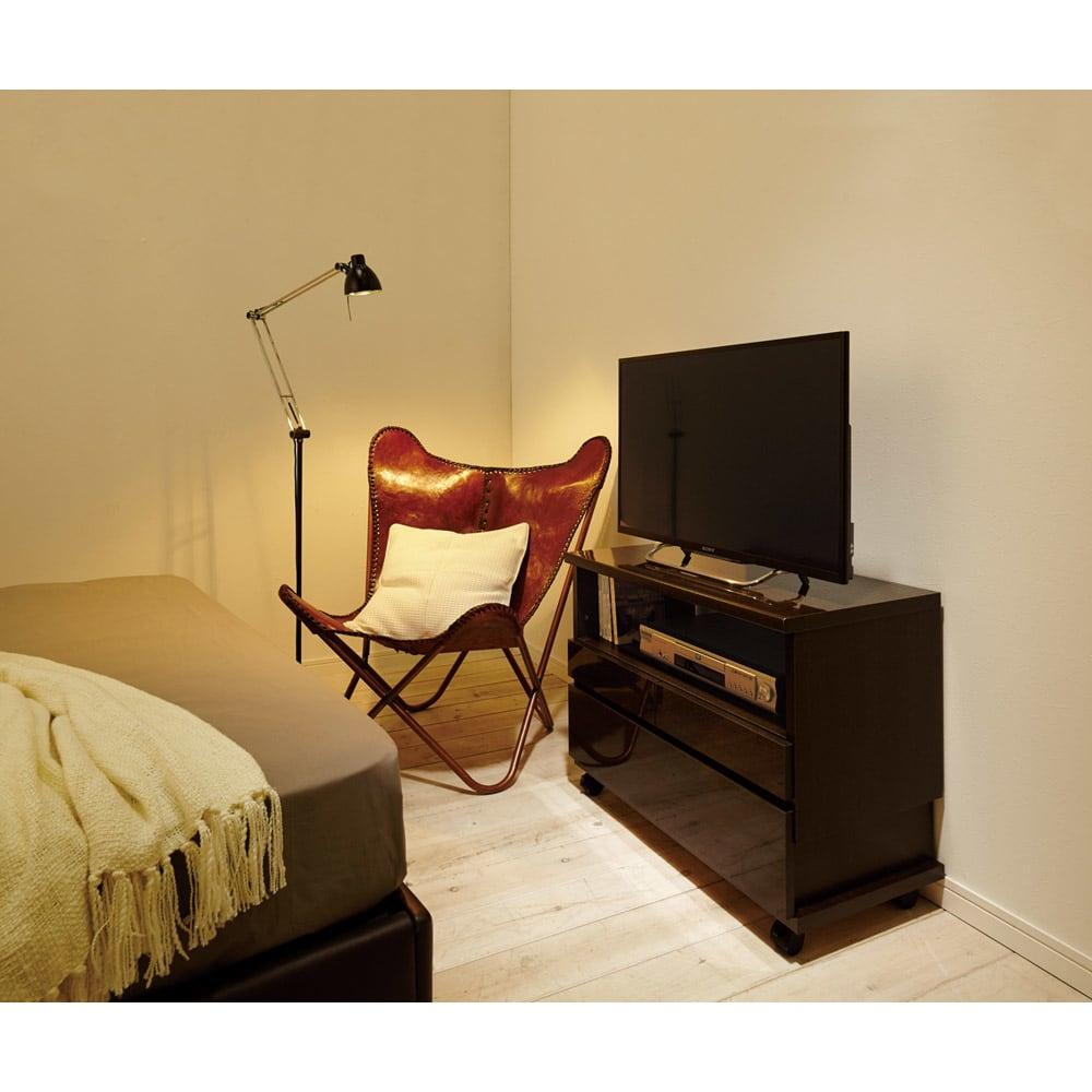 高さも角度も調整できるキャスター付きテレビ台 幅75cm ベッドの足元での使用イメージ(イ)ダークブラウン≪高さ57cm設置時≫設置テレビは32インチ