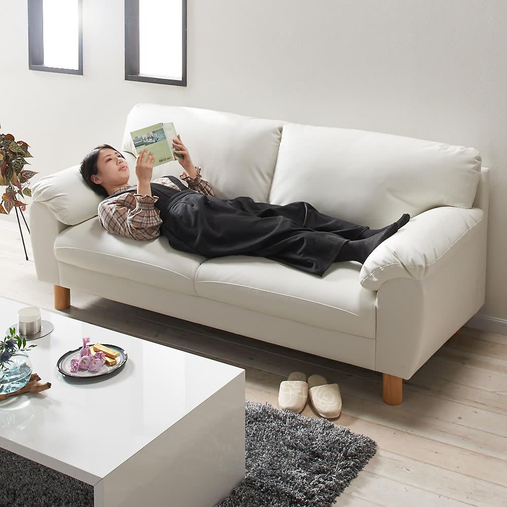 シンプルモダンソファ 3人掛け コーディネート例(ア)ホワイト  座面は適度な硬さなので、寝転がっても◎!
