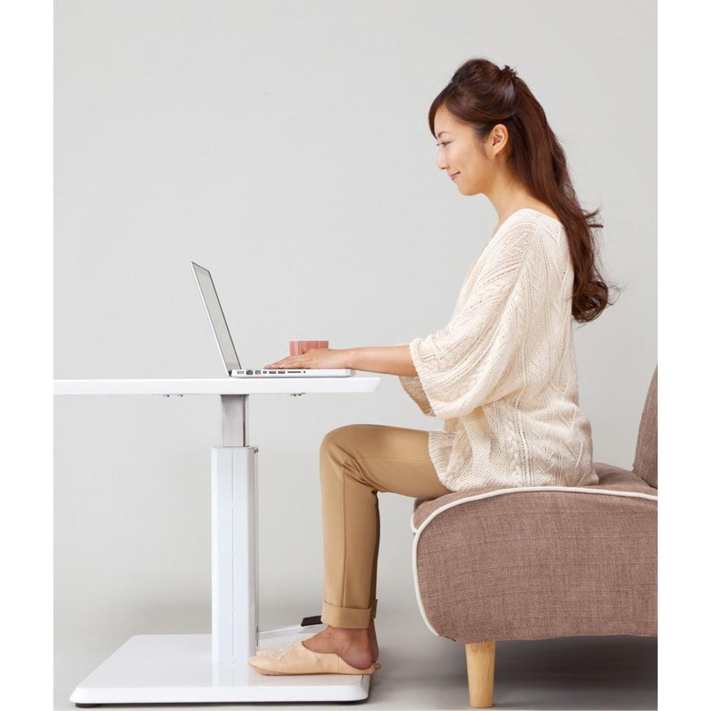 移動がしやすい!キャスター付き昇降式テーブル幅120 テーブルを引き寄せて作業がしやすいように。
