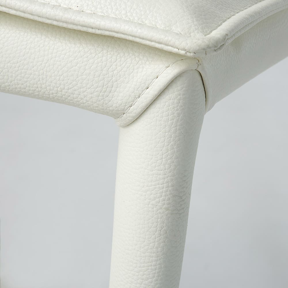 スマート伸長式ダイニングシリーズ フェイクレザーチェア同色2脚組 脚部まで合成皮革を張り込んだお洒落な椅子です。